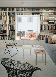 Lesenische: Das maßgefertigte Bücherregal lässt eine breite Sitzbank frei.