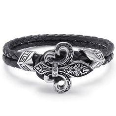 Bracelete com flor de lis em ferro, prata e couro negro.