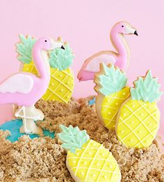 Make your own flamingo and pineapple sugar cookies this summer! How-to, kids party favors, pineapple and flamingo party ideas Flamingo Party, Flamingo Birthday, Aloha Party, Luau Party, Iced Cookies, Cute Cookies, Royal Icing Cookies, Pineapple Cookies, Dessert Oreo