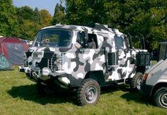 Neste projeto, uma Kombi antiga passou por uma transformação radical no estilo off-road. A carroceria foi cortada para formar a cabine dupla estendida, recebeu pintura de camuflagem e teve a suspen…