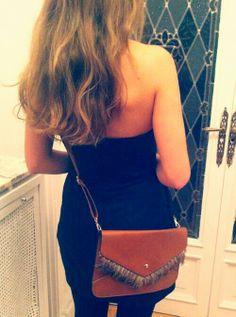 Blanca con su bolso camel de plumas