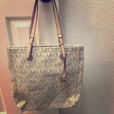 Michael Kors Purse I've used this purse a few times & just don't need it in my wardrobe anymore. It doesn't have any stains & it was kept in a bag. Michael Kors Bags Shoulder Bags