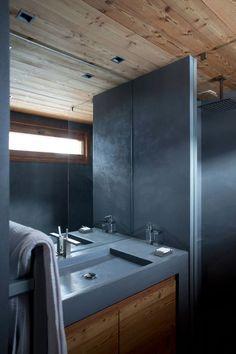 Une salle de bains habillée de bois et de béton