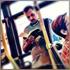 Me encanta ver a la gente leer y fijarme que #libro están leyendo  #GenteLeyendo #peoplereading #megustaleer #libros #book #peoplereadingactualbooks #people #manreading #lector #lectores #leeresunplacer #feliceslecturas #instabook #bookinstagram #like #bookoftheday #bus