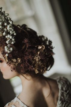 Auburn forests, cappuccino roses, dramatic headpiece and raw emotions. This enchanting Irish autumnal wedding inspiration from Petal&Twine and photographer Pawel Bebenca is sure to melt your heart. Irish Wedding, Autumn Wedding, Wedding Designs, Wedding Styles, Irish Design, Floral Headpiece, October Wedding, Alternative Wedding, Hair Art