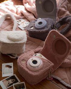 A very cute and cozy way to carry your camera. Polaroid Camera Case, Cute Camera, Mini Camera, Vintage Polaroid Camera, Camera Bags, Leica Camera, Nikon Dslr, Camera Gear, Instax Mini Case