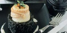 Risotto à l'encre de seiche, filet de sole aux moules (oignon, ail, carotte, céleri, cerfeuil, court-bouillon, vin blanc, crème, beurre, huile d'olive, fleur de sel, 5 baies, sole, moules, riz arborio, encre de seiche)