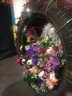 Bildekk med blomster i Floral Wreath, Wreaths, Home Decor, Flower Crowns, Door Wreaths, Room Decor, Home Interior Design, Floral Arrangements, Floral Garland