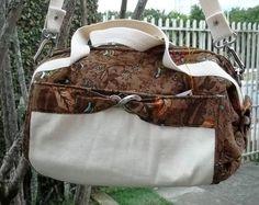 Bolsa em veludo cotelê estampado, com bolso externo em algodão crú, alças em algodão. Dentro há um bolso fechado por zíper, porta-chaves, celular e óculos.