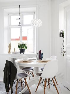 dining /// small space / eames / round vintage table / rattan details / all-white