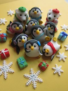 How adorable are these Penguin Family Cake Toppers? They are edible too. What a fun Christmas craft idea!