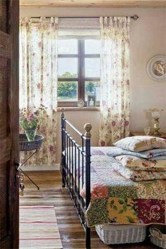 Country Cottage Bedroom with Victorian Bed and Patchwork Quilt. - Country Cottage Bedroom with Victorian Bed and Patchwork Quilt. Country Cottage Bedroom, French Country Bedrooms, French Country House, Cottage Living, French Country Decorating, Cottage Style, Cozy Cottage, Country Life, Country Living