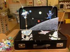 Vesmírné divadélko Suitcase, Suitcases