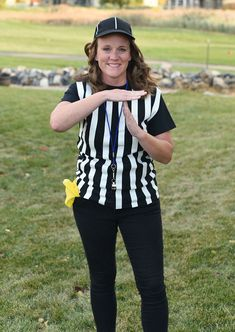 Easy Last Minute Halloween Costume for Mom: Referee Mom If you need a Halloween costume for mom (you!), but you don't have a lot of time to pull one toge Referee Costume, Team Costumes, Running Costumes, Cool Costumes, Costumes For Women, Costume Ideas, Sports Costumes Halloween, Mardi Gras Costumes, Halloween Outfits