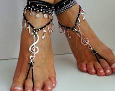 Pies descalzos sandalias, tobilleras de Boho, Mandala, sandalias Hippie, bohemio de arco iris crochet sandalias, sandalias de gitana, color del arco iris ~~~~~~~~~~~~~~~~~~~~~~~~~~~~~~~~~~~~~~~~~~~~~~~~~~~~~~~~~  Un par de sandalias coloridas de pies descalzos a mano de flores de bronce, decorada con arcilla polimérica y del ganchillo de la cuerda del algodón turquesa adornada con cuentas de madera color arco iris.  Estas sandalias Descalzas fit talla cerca de 7 para arriba to11.5. Las…