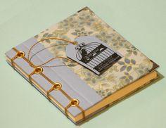 Libreta de bolsillo Técnica: Encuadernación japonesa sobre tela  Tamaño 10 x 12 cm, 40 hojas (80 páginas), Papel Bond Ahuesado de 80 grs.  Ojetillo Mogul + doble hilado + Esquineros.