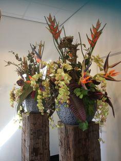Stoere sokkels van oude meerpalen met kunstbloemen van Seta Fiori.