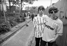 The Gallagher BrothersLife-long Manchester City supporters Liam Gallagher and Noel Gallagher. Oasis Band, Amy Winehouse, Manchester City, Banda Oasis, Oasis Quotes, Liam Gallagher Noel Gallagher, Liam And Noel, Best Insults, Britpop