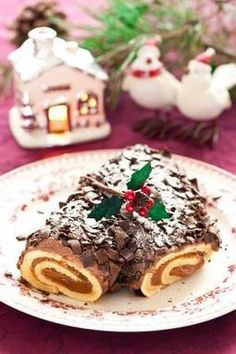 French Chocolate Buche de Noel A traditional Italian Christmas cake.A traditional Italian Christmas cake. Italian Christmas Cake, Christmas Yule Log, French Christmas, Christmas Goodies, Christmas Treats, Christmas Baking, Christmas Time, Xmas, Noel French
