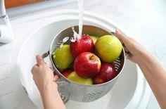 Jedlá soda zbaví ovoce nebezpečných pesticidů a oblečení odolných skvrn - Doporučujeme - ŽENY s.r.o. Pear, Apple, Fruit, Food, Fruits And Vegetables, Juices, Food Safety, Sprouts, Sodium Bicarbonate
