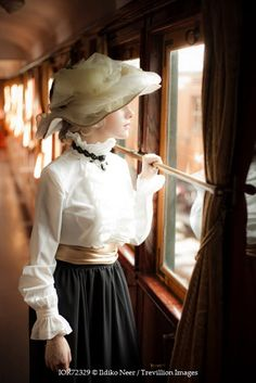 This image makes me think of FOREVER MINE. Victoria had to ride the train by herself back to Brentwood Park when she fought so bitterly with Nicholas. Victorian Women, Edwardian Era, Edwardian Fashion, Vintage Fashion, Vintage Beauty, Style Édouardien, Outfits Mujer, Historical Clothing, Belle Epoque