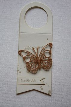 tag wine bottle tag with single golden butterfly butterflies Stampin Up - Schmetterling - flaske hænger kort med guld sommerfugl Wine Bottle Tags, Wine Bottle Covers, Wine Tags, Wine Bottle Crafts, Bottle Jewelry, Card Making Tips, Christmas Tag, Wine Gifts, Card Tags