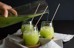Gurkenlimonade, die mit Gin zum Aperitif wird