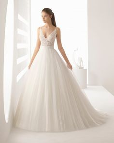 Cuerpos sensuales que contrastan con grandes volúmenes. Este vestido de novia estilo princesa de encaje tul y pedrería es una combinación de los elementos más favorecedores de la colección.