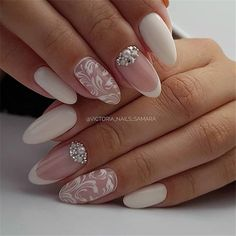 False nails have the advantage of offering a manicure worthy of the most advanced backstage and to hold longer than a simple nail polish. The problem is how to remove them without damaging your nails. Wedding Manicure, Wedding Nails For Bride, Bride Nails, Wedding Nails Design, Vintage Wedding Nails, Bridal Nails Designs, Cute Nails, Pretty Nails, Hair And Nails