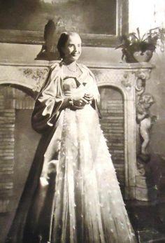 Eva Perón - Gala del teatro Colon President Of Argentina, First Lady Melania Trump, Queen, Llamas, Funeral, Events, Actresses, Costumes, History