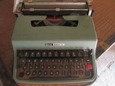 Macchina per scrivere Olivetti lettera 32, ricordo del passato #anni80  #nostalgia Typewriter, 5 D, Nostalgia, Garage, Memories, Poster, Vintage, Carport Garage, Memoirs
