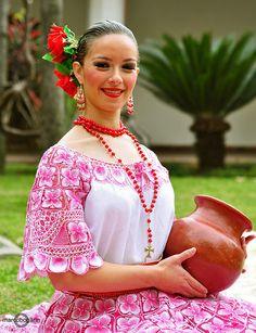 traje típico con ñanduti
