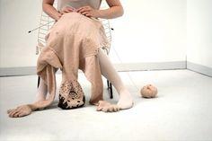 """Si chiama """"My knitted boyfriend"""" il progetto dell'artista olandese Noortje de Keijzer che ha realizzato a maglia due uomini a grandezza naturale e ha creato intorno ai due pupazzi una storia d'amore a metà tra progetto fotografico, video e illustrazione. """"Si tratta di un cuscin"""