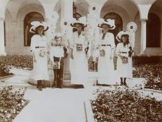 Grand Duchess Marie NIkolaevna, Tsarevich Alexei Nikolaevich, Grand Duchesses Tatiana Nikolaevna, Olga Nikolaevna e Anastasia Nikolaevna, (OTMAA) no festival White Flower (Flor Branca) em Livadia, 1912.