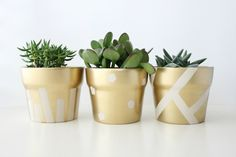 Want to get creative with flower pots? Here are 60 creative DIY planters that you can try as your next craft project. Want to get creative with flower pots? Here are 60 creative DIY planters that you can try as your next craft project. Painted Plant Pots, Painted Flower Pots, Pots D'argile, Clay Pots, Indoor Planters, Diy Planters, Planter Ideas, Fleurs Diy, Outdoor Flowers