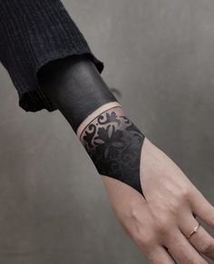 31 Adorable Tattoo Ideas For Women - Page 20 of 27 - Tattoo Designs Arm Tattoo, Hand Tattoos, Tattoo Main, Ring Finger Tattoos, Tattoo Life, Body Art Tattoos, Girl Tattoos, Portrait Tattoos, Best Sleeve Tattoos