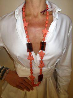 Collar en tonos coral, resinas y cornalinas