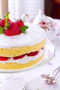 This easy vanilla scented Sponge cake with Lemoncello Cream and Strawberries is the perfect make ahead recipe - the secret is in the Easy Pie Recipes, Delicious Cake Recipes, Cupcake Recipes, Yummy Cakes, Sweet Recipes, Cupcake Cakes, Cupcakes, Easy Summer Desserts, Summer Dessert Recipes