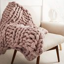 Stay super comfy this winter with this chunky knit blanket! This beautiful super chunky knit blanket makes a decorative impact on any bedroom or living room! Die mode yet neutrales statement that never fails to Chunky Knit Decke, Chunky Knit Throw, Chunky Knits, Chunky Wool, Cozy Knit, Giant Knit Blanket, Chunky Blanket, Sofa Blanket, Pink Blanket