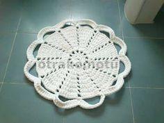 Hace tiempo encontré en el Facebook de DMC  esta alfombra para el baño. Tejida contrapilloa que es monísima. La idea original es del la w...