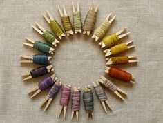 Arco iris de hilos de seda en pinzas de la ropa