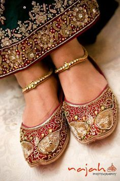 Schöne Punjabi Khussa Schuhe Trends in Asien – neuesten Designs, Schuhe, Schöne Punjabi Khussa Schuhe Trends in Asien - neueste Designs Pakistani Bridal, Indian Bridal, Indian Attire, Indian Wear, Indian Style, Indian Accessories, Fashion Accessories, Saris, Indian Dresses