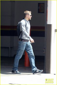 Charlie Hunnam Goes for a Motorcycle Ride Around LA: Photo Charlie Hunnam is giving us some serious Sons of Anarchy vibes! The actor looked cool as he rode his motorcycle while running errands on Tuesday afternoon… Charlie Hunnam Gif, New Balance Outfit, Gym Workout Tips, Tom Hardy, Most Beautiful Man, Modern Man, Perfect Man, Man Crush, Poses