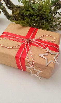 gift wrap - easy - ribbon & bakers twine & 2 metal stars - (craft paper serie 2013) - http://la-couronne.de/packpapier-mit-rot-gruen/