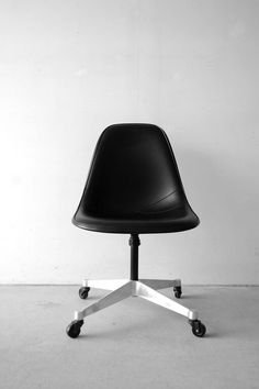 Eames office chair in black, office decor, studio decor Trendy Furniture, Vintage Furniture, Charles Eames, Chair Design, Furniture Design, Chaise Chair, Eames Chairs, Home Office Decor, Office Ideas