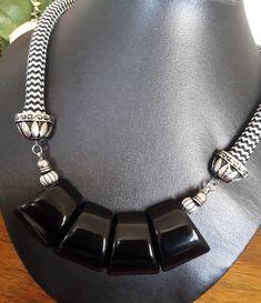 Colar feito com corda, acabamento em aço e peças de resina.  Evite molhar ou guardar em lugares com umidade. Pretty Necklaces, Jewelry Necklaces, Bracelets, Bohemian Necklace, Beaded Necklace, African Jewelry, Diy And Crafts, Dangles, Chokers