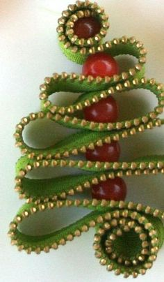 Christmas tree ornaments. Made with a zipper ~ So cute