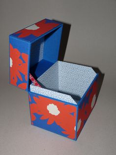 Box coveerd with bookbinding cloth and paper with big flowers all around, inside mini-flowerspaper Big Flowers, Bookbinding, Boxes, Paper, Mini, Handmade, Hand Made, Box, Craft