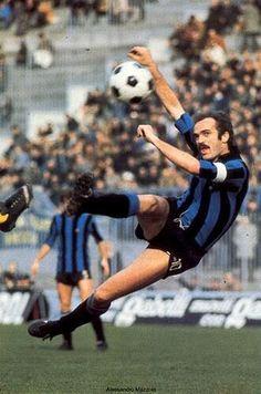 Sandro Mazzola del Inter Milan, como su padre, fue un destacado volante del futbol italiano, pieza clave en la epoca gloriosa del cuadro interista.