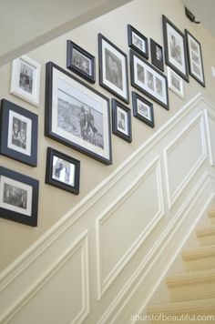 33 Treppe Galerie Wand Ideen Die Sie Inspirieren 33 Stair Gallery Wall Ideas That Inspire You A staircase wall of the gallery is one of the most popular and traditional things for every person who lives in a house. Stairway Gallery Wall, Stairway Pictures, Gallery Walls, Frame Gallery, Stairway Art, Basement Stairway, Hallway Pictures, Dark Basement, Entry Stairs
